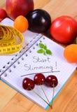 Frutta, verdure e centimetro con il taccuino, il dimagramento e l'alimento sano Fotografia Stock