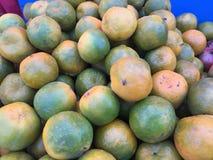 Frutti arancio organici freschi sulla stalla del mercato di strada Fotografia Stock Libera da Diritti