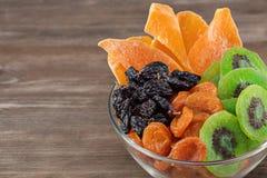 Frutti asciutti della miscela su fondo di legno marrone fotografie stock libere da diritti