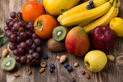 Frutti assortiti su backgound di legno Fotografia Stock Libera da Diritti