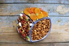 Frutti, bacche e dadi secchi su una tavola di legno Immagini Stock Libere da Diritti