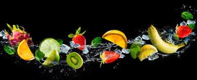 Frutti con la spruzzata dell'acqua fotografia stock libera da diritti