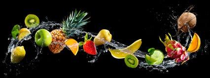 Frutti con la spruzzata dell'acqua fotografia stock