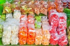 Frutti da vendere ad un mercato di strada Immagini Stock Libere da Diritti