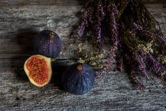 Frutti dei fichi e un mazzo di erica Immagine Stock Libera da Diritti