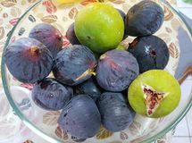 Frutti dei fichi in una ciotola immagine stock