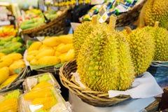 Frutti del Durian da vendere sulla stalla del mercato Fotografia Stock