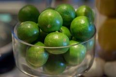Frutti del limone in ciotola di vetro per la decorazione Fotografie Stock