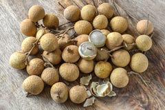 Frutti del Longan sul legno dell'acacia fotografia stock libera da diritti