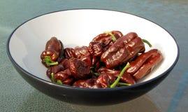 Frutti del peperoncino di Brown in ciotola Immagine Stock