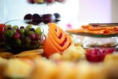 Frutti dell'uva e del pompelmo di disposizione Fotografia Stock Libera da Diritti