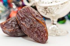 Frutti della data e lampada d'argento dei alaadins Immagini Stock Libere da Diritti