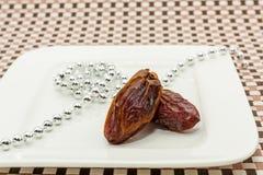 Frutti della data in piatto bianco Fotografia Stock Libera da Diritti