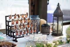 Frutti della palma del dattero secco o kurma, alimento del Ramadan con uso del latte nel giorno delle nozze fotografie stock