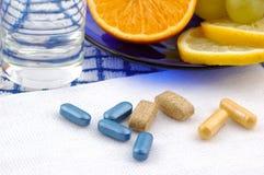 Frutti della prima colazione, acqua, pillole Fotografia Stock Libera da Diritti