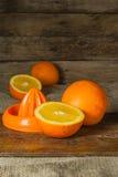 Frutti delle arance e fetta arancio sulla Tabella di legno e sul retro tessuto Fotografie Stock