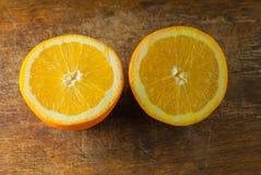 Frutti delle arance e fetta arancio sulla Tabella di legno e sul retro tessuto Fotografia Stock
