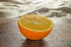 Frutti delle arance e fetta arancio sulla Tabella di legno e sul retro tessuto Fotografie Stock Libere da Diritti