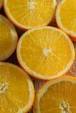 Frutti delle arance e fetta arancio sulla Tabella di legno e sul retro tessuto Immagine Stock