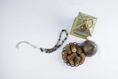 Frutti delle date, della lanterna e rosario di lusso tradizionali Immagine Stock