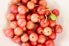 Frutti di Aratilis nel fondo bianco Fotografia Stock