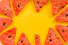 Frutti di estate con l'anguria fresca sul fondo giallo di colore fotografia stock