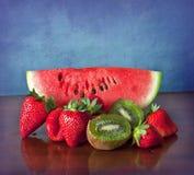 Frutti di estate sullo scrittorio di legno Immagine Stock
