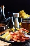 Frutti di mare alla barra, composizione della banda nera con i chip della birra del limone del gamberetto immagini stock libere da diritti