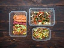 Frutti di mare con insalata e pasta di verdure con il tacchino ed il peperone dolce in contenitori da portare via Immagine Stock