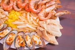 Frutti di mare con le patate fritte ed il riso Fotografia Stock