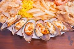 Frutti di mare con le patate fritte ed il riso Immagini Stock