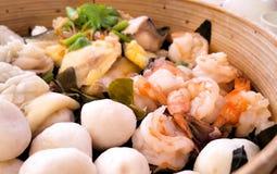 Frutti di mare cotti a vapore di Dimsum in contenitore di bambù Immagini Stock