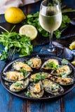 Frutti di mare Cozze al forno con formaggio ed il limone nelle coperture fotografia stock