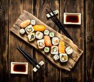 Frutti di mare dei rotoli e dei sushi con la salsa di soia Fotografia Stock
