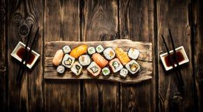 Frutti di mare dei rotoli e dei sushi con la salsa di soia Immagini Stock Libere da Diritti