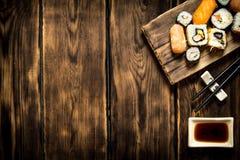 Frutti di mare dei rotoli e dei sushi con la salsa di soia Fotografie Stock
