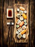 Frutti di mare dei rotoli e dei sushi con la salsa di soia Fotografie Stock Libere da Diritti