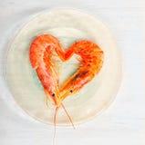 Frutti di mare del gamberetto sulla lastra di vetro di legno e del tavola Immagine Stock