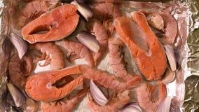 Frutti di mare del primo piano sul protvine Salmone crudo con i gamberetti e le cipolle crudi arrostire profondità di campo bassa video d archivio