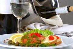 Frutti di mare della regolazione della tabella di banchetto, colore rosso del caviale Fotografia Stock Libera da Diritti
