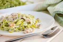 Frutti di mare e pasta del fettuccine degli spinaci sui piatti bianchi Fotografia Stock