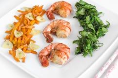 Frutti di mare e verdure su un fondo bianco Alta chiave, fuoco selettivo Immagine Stock
