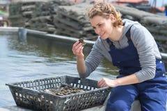 Frutti di mare femminili che raccolgono i pescatori marini Fotografia Stock