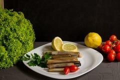 Frutti di mare freschi con prezzemolo e limone, insalata e pomodori, cucina italiana, backgraund grigio e copyspace fotografie stock libere da diritti