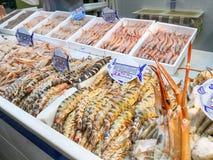 Frutti di mare freschi su ghiaccio al mercato ittico Mercato di Isla Cristiina, Huelva, Spagna fotografia stock