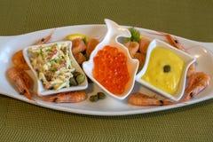 Frutti di mare - insalata dai granchi, dalla salsa rossa del caviale, del salmone, dei gamberetti e del tuorlo d'uovo delle uova  Fotografia Stock Libera da Diritti