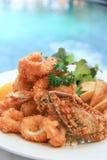 Frutti di mare rivestiti della farina fritta in grasso bollente Fotografie Stock