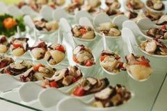 Frutti di mare serviti sui cucchiai della porcellana fotografia stock
