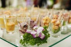 Frutti di mare serviti in tazze di vetro sulla tavola fotografie stock libere da diritti