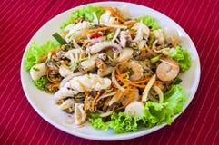 Frutti di mare tailandesi dell'insalata di stile su tessuto rosso Fotografia Stock Libera da Diritti